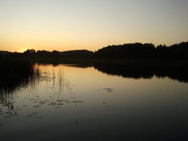Jezioro Szurpiły we wsi Szurpiły – co powiecie na taki widok z okna?