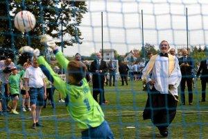 Księdzu nie podobało się, że dzieci grały w piłkę podczas jego uroczystości religijnych. Poskarżył się na mszy, a potem wójt zwolnił trenera.
