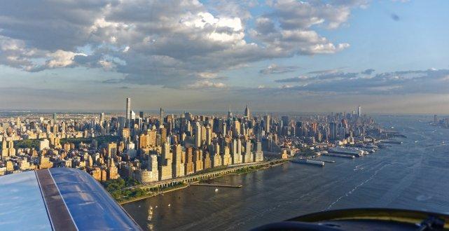 Manhattan widziany z północy, korytarza powietrznego 1000-1300 ft nad rzeką Hudson, dn. 24.07.2015r.