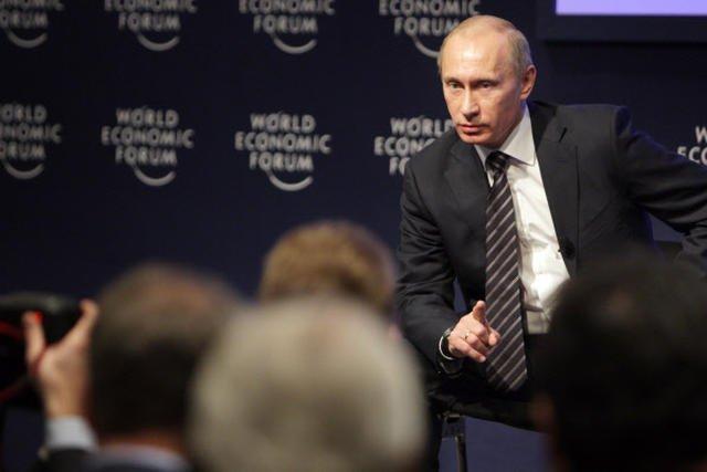 Białą plakietkę konferencyjną z pewnością dostał w 2009 r. Władimir Putin