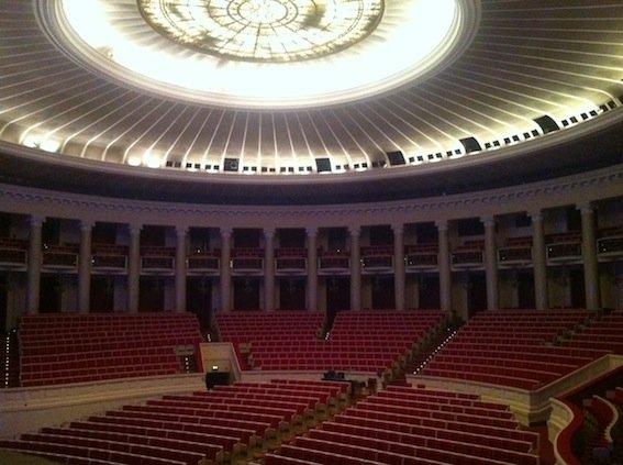 Monumentalna Sala Kongresowa w PKiN mieści niemal 3000 widzów. Była świadkiem koncertów, np. Rolling Stones i zjazdów PZPR.