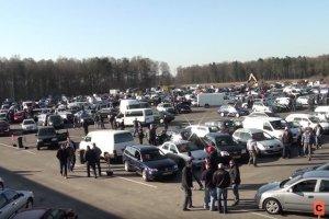 Tysiąc samochodów w tydzień - export fur Polen - to hasło wielkiego targowiska samochodowego w Emsburen