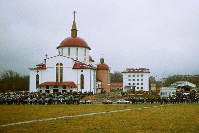 Jeden z kościołów na warszawskim Ursynowie, rok 2000.