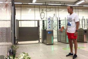 Donald Tusk składa kwiaty na stacji metra w Brukseli.