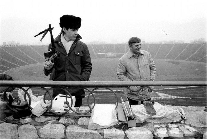 > Vente d'armes (bon ici en plastique) au stade Dziesieciolecia de Varsovie dans les années 1990.