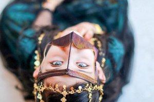 Dziewczynka w tradycyjnym, beduińskim stroju.