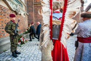 """Obchody 333. rocznicy Wiktorii Wiedeńskiej. Podczas uroczystości został odczytany apel poległych z wymienieniem ofiar """" Katastrofy Smoleńskiej""""."""