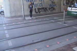 Sygnalizacja świetlna wbudowana w chodnik to pomysł radnych Augsburga na przeciwdziałanie wypadkom z udziałem osób nierozstających się ze swoimi smartfonami