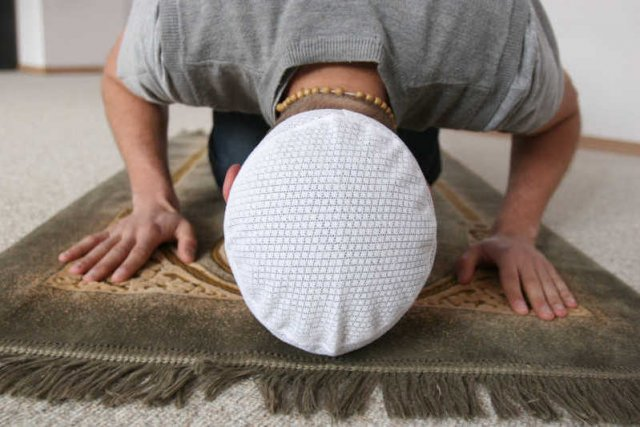 "julita muslim Muslim) ""dari ibnu umar bahwa rasulullah saw senantiasa menjaga 10 rakaat ( rawatib), yaitu : 2 raka'at sebelum dzuhur dan 2 raka'at sesudahnya, 2 raka'at."