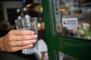 Darmowa woda z kranu nie jest wyrazem nadmiernej gościnności, ale powinna być normą.