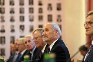 Konferencja podkomisji badającej przyczyny katastrofy w Smoleńsku. Obok Antoniego Macierewicza przewodniczący podkomisji Wacław Berczyński i jej doradca Frank Taylor.