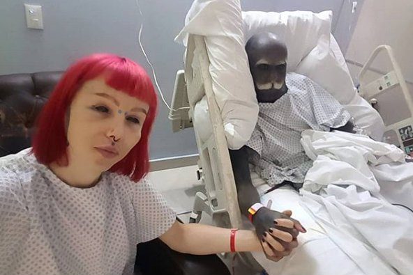 Ebony nastolatek ssie białego penisa