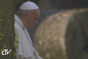 Papież Franciszek w ciszy modlił sięw Auschwitz.