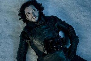 """Jon Snow zginął w ostatnim odcinku 5 sezonu """"Gry o tron"""". A teraz... no właśnie - to trzeba zobaczyć."""