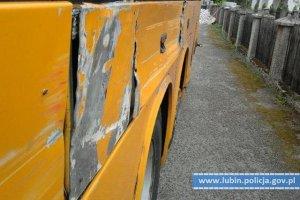 Autobus był poobijany, polepiony taśmą klejącą i przerdzewiały.