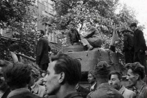 Powstanie poznańskie '56. Demonstranci wiwatują po zdobyciu jednego z czołgów.
