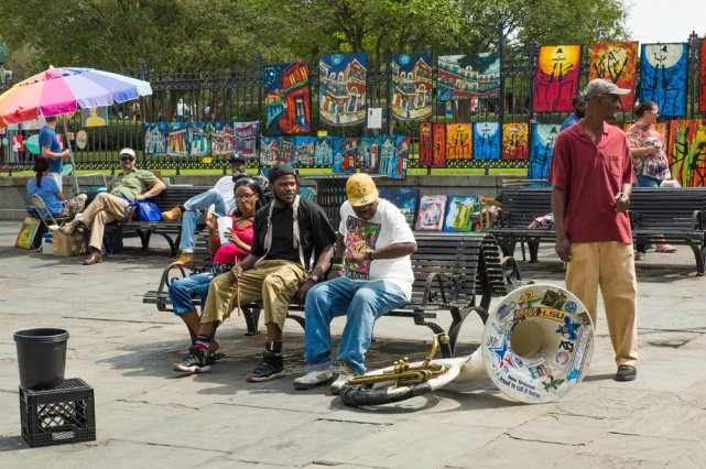 [url=http://shutr.bz/1eyvKqf] Muzycy odpoczywają na ławce na Jackson Square [/url], w tle widać prace wystawione przez ulicznego sprzedawcę sztuki.