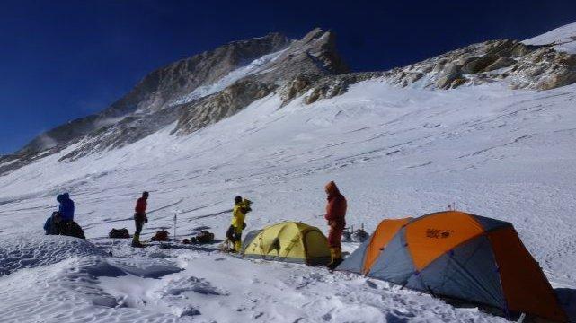 Oboz III 7450 w tle szczyt Makalu