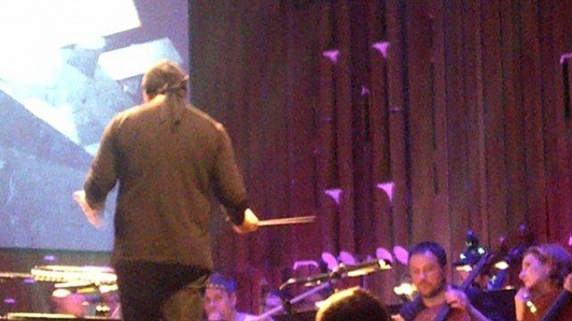 Jonny Greenwood, Marek Moś (tyłem) i Orkiestra Aukso podczas próby (KLIKNIJ, by zobaczyć całe zdjęcie)