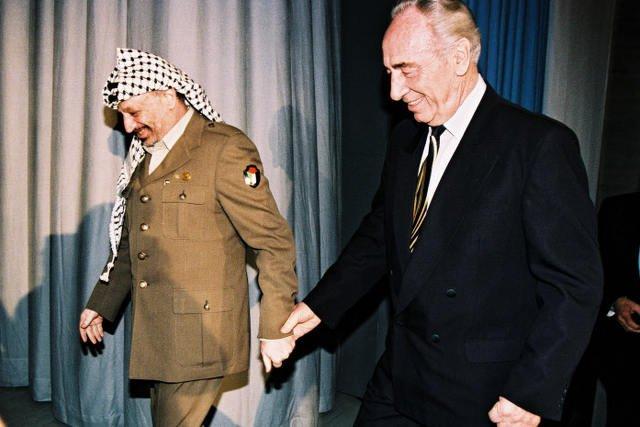 Szef izraelskiego MSZ Szimon Peres i palestyński lider Jasir Arafat, Davos, 1994 r.
