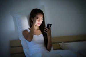 Nadmierne korzystanie ze smartfonów w nocy może spowodować czasowe zaburzenie wzroku - wynika z niedawno opublikowanego raportu