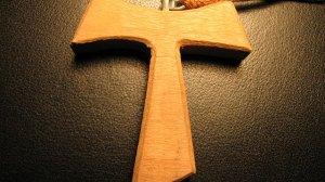 """Franciszkańska """"tauka"""", czyli wisiorek jaki noszą członkowie zakonu franciszkanów"""