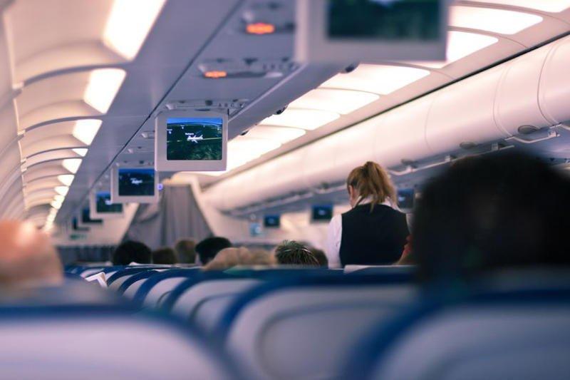 Stewardzi muszą walczyć z rutyną i niegrzecznymi pasażerami.