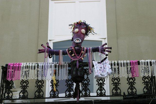 [url=http://shutr.bz/1gG6M7o] Laleczka voodoo obwieszona kolorowymi koralami.[/url]
