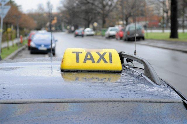 Szef związku taksówkarzy przestrzega przed Uberem: Klienci będą przez lata ciągani po sądach