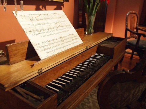 W Domu Długosza jest eksponowany najstarszy zachowany fortepian w Polsce pochodzi z czasów Mozarta.