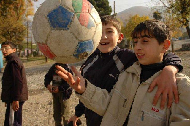 Azerbejdżan, dzieci grają w piłkę, 2007 rok