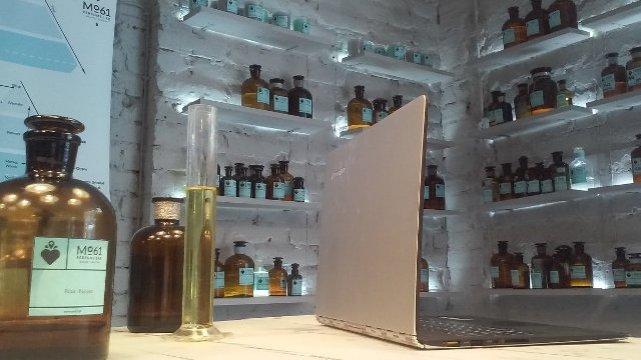 Na zdjęciu: wnętrze perfumerii Mo61 Perfume Lab na Mokotowskiej, ultrabook Lenovo Yoga 3 Pro
