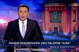 """""""Wiadomości"""" TVP zamiast na dramacie pracowników Almy skupiły się na życiorysie właściciela firmy."""