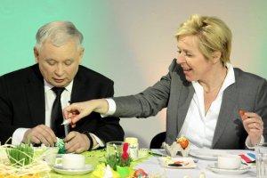Jadwiga Wiśniewska walczyła o stanowisko dla Janusza Wojciechowskiego. Jej córka prowadzi teraz jego biuro. Na zdjęciu Jadwiga Wiśniewska i Jarosław Kaczyński wspólnie malują wielkanocne jajka.
