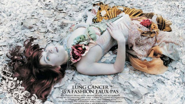 """Zdjęcie z kampanii Singapurskiej Organizacji Promocji Zdrowia z 2006 r. promującej zdrowy styl życia pod hasłem """"Lung cancer is a fashion faux pas"""" [Rak płuc to modowe faux pas]"""