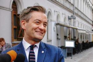 Robert Biedroń chwali się na Twitterze broszurą informacyjną o budżecie Słupska