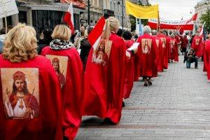 Radykałowie z PiS mogą się czuć zawiedzeni. Biskupi ogłoszą Jezusa Królem, ale nie Polski. Na zdjęciu warszawska manifestacja zwolenników ogłoszenia Chrystusa Królem Polski w 2010 r. w Warszawie