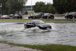 Gdy samochód zostaje zalany, trzeba go odstawić do serwisu. W przeciwnym przypadku ubezpieczyciel może odmówić wypłaty odszkodowania.