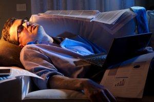 Jedną z recept na wysypianie się jest sen polifazowy z... pobudkami w środku nocy