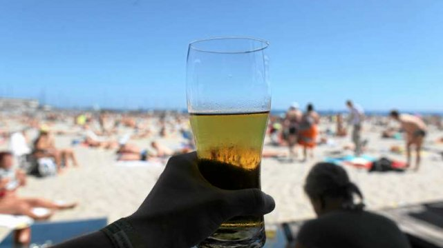 Picie piwa na plaży