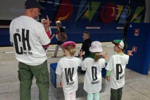 Ojciec z trójką dzieci w koszulkach z napisem CHWDP.