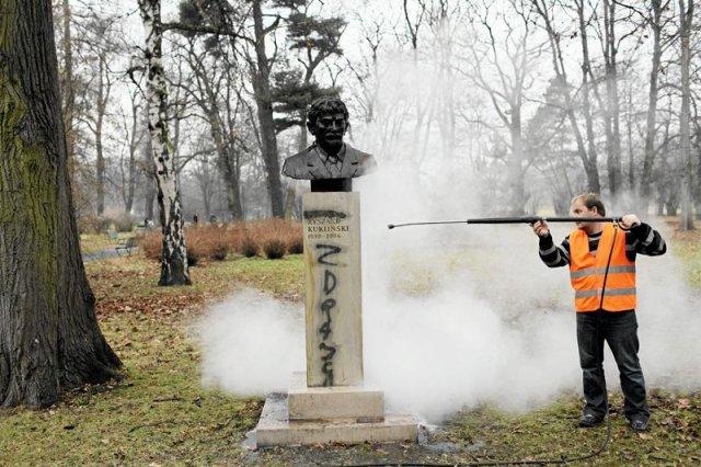 Zdewastowany pomnik płk. Ryszarda Kuklińskiego w Krakowie.