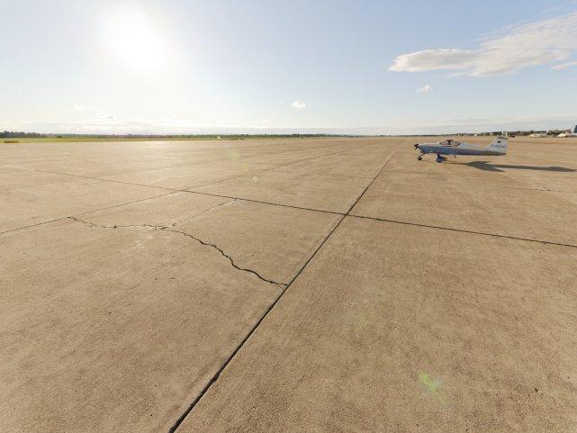 Samotność na płycie lotniska w Plattsburgu.