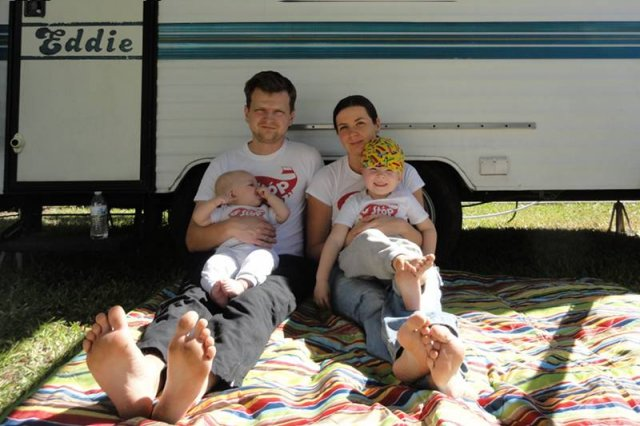 Ola, Paweł, Maciek i Kalina pod przyczepą, w której mieszkają w czasie podróży po Stanach (Floryda)