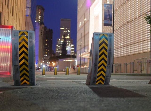 Zapory na ulicy pod WTC, lipiec 2015 r.
