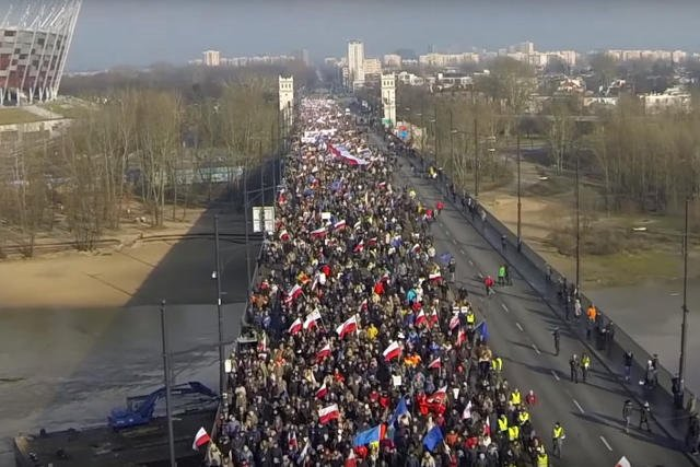 Sobotni marsz KOD widziany z drona.