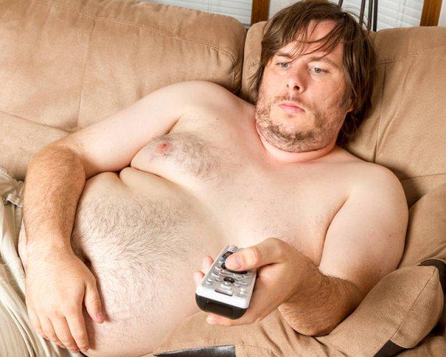 Każdy z nas lubi czasem odpocząć przed telewizorem, ale jeśli mamy problem z nadwagą, warto choć raz dziennie ruszyć cztery litery i pójść na spacer. Lato to dobra okazja
