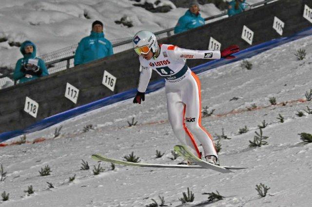 Kamil Stoch podczas konkursu skoków narciarskich w Zakopanem (dzień pierwszy, konkurs drużynowy).