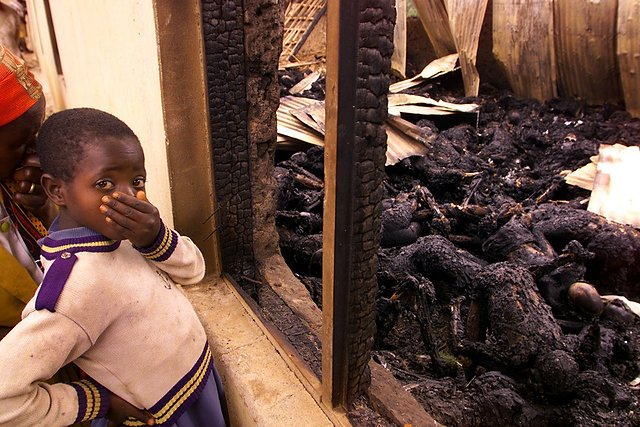 Dziewczynka przed kościołem, w którym zamordowano kilkuset członków sekty. Wśród ofiar było wiele dzieci.