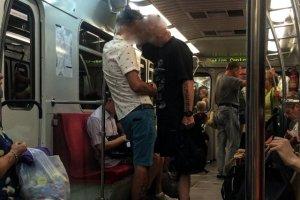 Obaj uczestnicy zdarzenia w metrze.